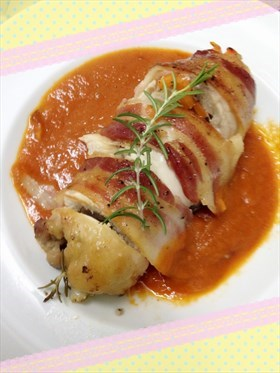 迷迭香煙肉蔬菜雞卷配蕃茄醬汁
